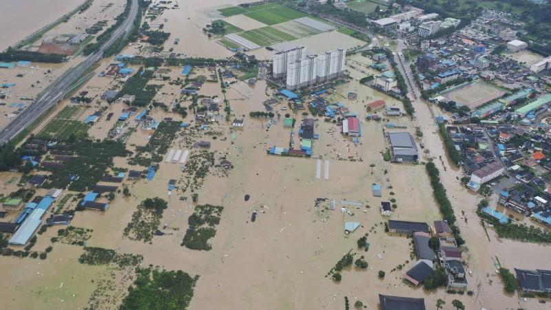 南韓連日來的豪大雨已造成了26人死亡,10人失蹤,近5000名受災戶,且災情仍持續發展中。(美聯社)