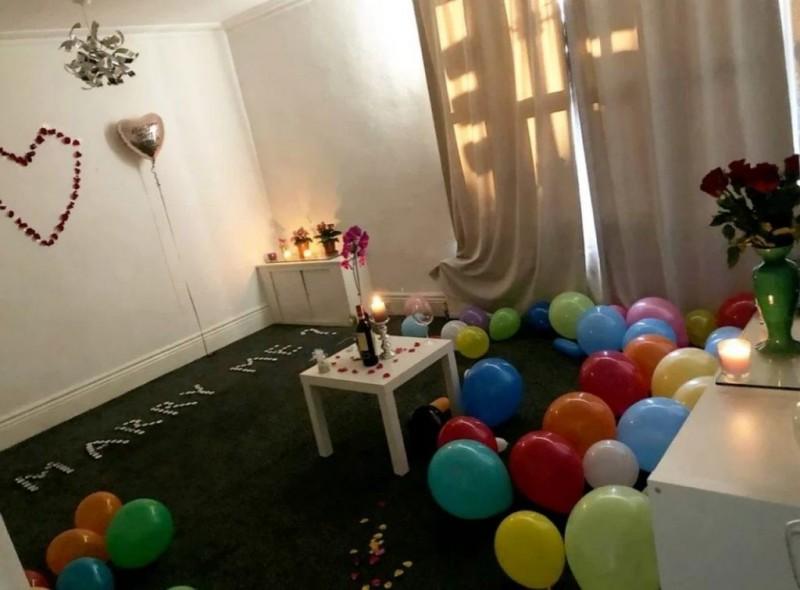 英國男子在家中準備上百顆蠟燭和氣球,計畫向女友求婚。(圖擷自推特)
