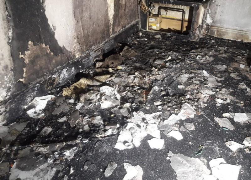 英國男子在家中點燃上百顆蠟燭準備向女友求婚,卻意外燒毀公寓,火勢撲滅後仍可見蠟燭的殘骸。(圖擷自推特)