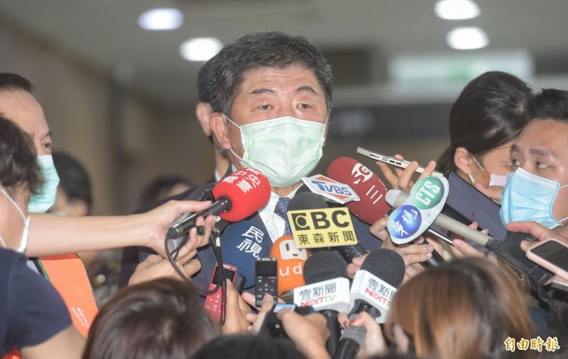 美國衛生部長阿札爾、日本前首相森喜朗都將來台灣,受惠「外交泡泡」可不用居家檢疫14天;疫情指揮中心指揮官陳時中(見圖)表示,若有人因此被傳染,「是我要負責」。(記者張嘉明攝)