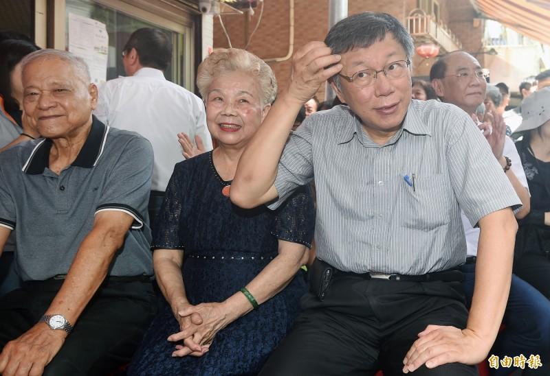 何瑞英(圖中)表示「陳先生也很好啦,他也是高雄人,我也覺得他很好的人」;至於吳益政,她則說,「吳先生......老實講我不認識他,我真的不認識他」。(資料照)