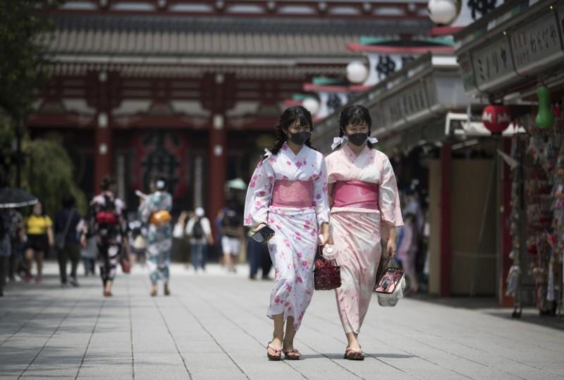 東京疫情仍然嚴峻,當局持續呼籲民眾暫時不要外出旅行或返鄉。(美聯社)