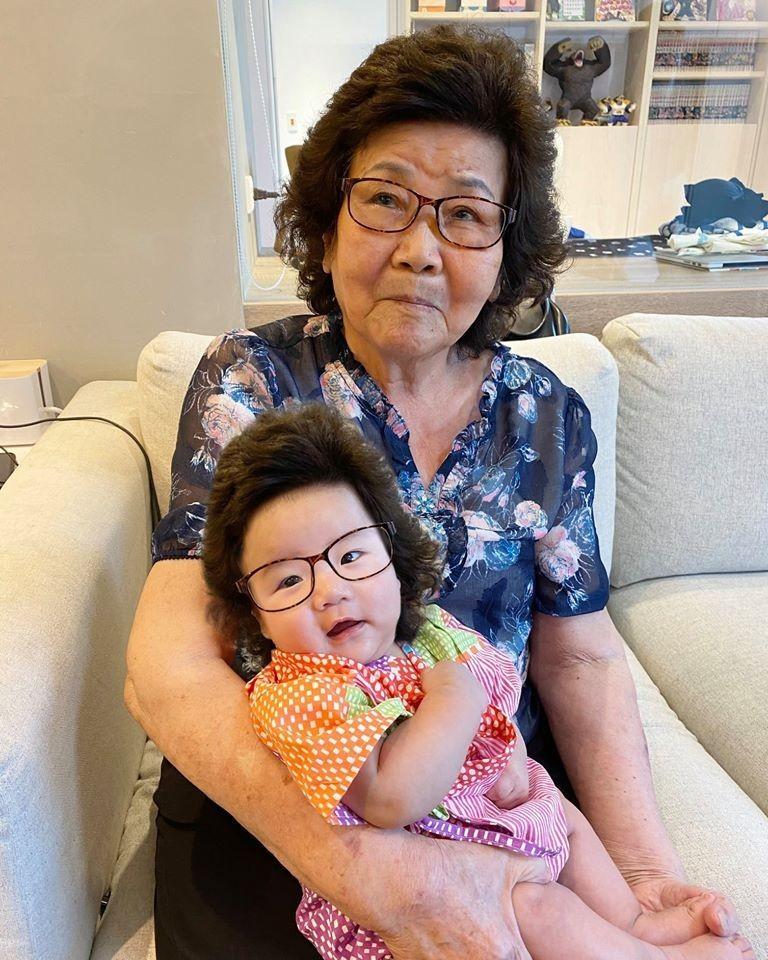 台灣百萬youtuber蔡阿嘎在臉書上po出嘎阿嬤抱著二兒子蔡波能的照片,並幽默表示,「老陳菊抱小陳菊」。(圖取自蔡阿嘎facebook)