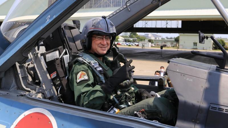 日本防衛大臣河野太郎5日視察百里基地時登上F-2B戰機,接受6G重力考驗飛向藍天,圖為河野太郎。(擷取自日本航空自衛隊百里基地推特)