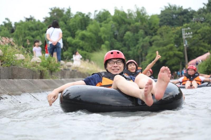 有網友翻出陳其邁今年6月玩「水上漂漂船」玩得不亦樂乎的照片,笑喊這項遊樂設施就叫作「台獨漂漂河」。(圖擷取自臉書_陳其邁 Chen Chi-Mai)