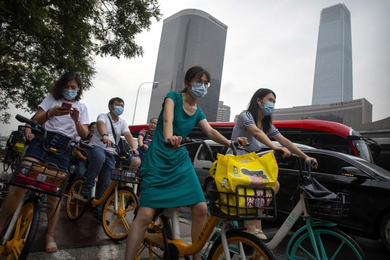 中國今天宣布新增31例確診。圖為中國首都北京的民眾戴口罩防疫。(美聯社)