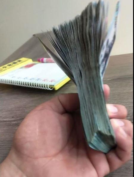 可以看到原PO手上拿著1疊厚厚的千元大鈔,他說這是1年來省下的菸錢。(圖擷自爆廢公社)