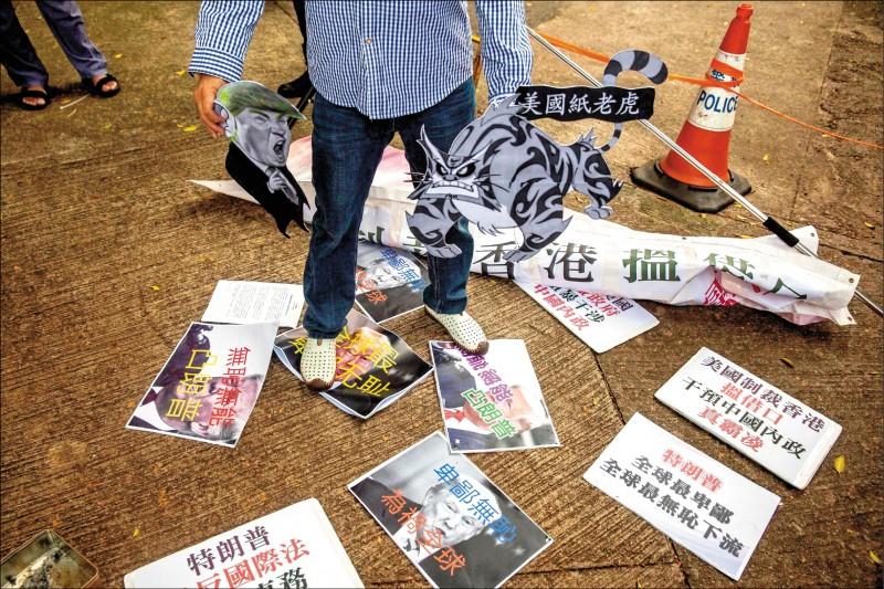 中國領導高層一改「戰狼外交」的強硬風格,要求「五毛」網軍停止反美。圖為香港親北京團體8日到美國駐港總領事館外抗議。(法新社)