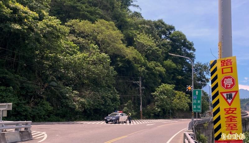 南投警方在易肇事路段設置道路標語警示反光牌面情形。(記者謝介裕攝)