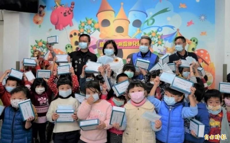 疫情之初雲林縣政府即發送縣內國中、小學生等每人一盒口、廣受好評。(資料照)