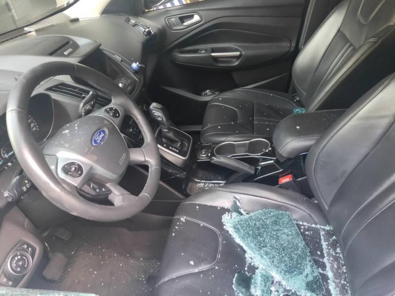 英籍男子酒後被控隨機砸車玻璃,高市員警留置偵訊被推追加妨害公務罪送辦。(記者黃良傑翻攝)