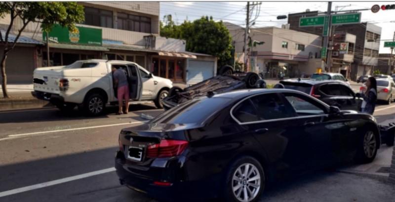 彰鹿路發生翻車意外,自小客車先撞上路邊停放的轎車後翻車。(取自彰化踢爆網)