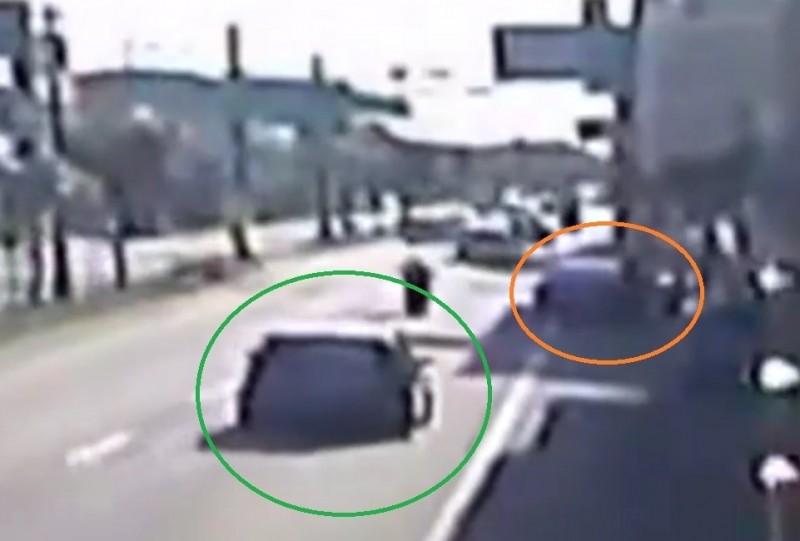 彰鹿路發生翻車意外,自小客車(綠圈處)當時行駛在外側車道直行,先撞上路旁停放的轎車(橘圈處)再翻車。(取自彰化踢爆網)