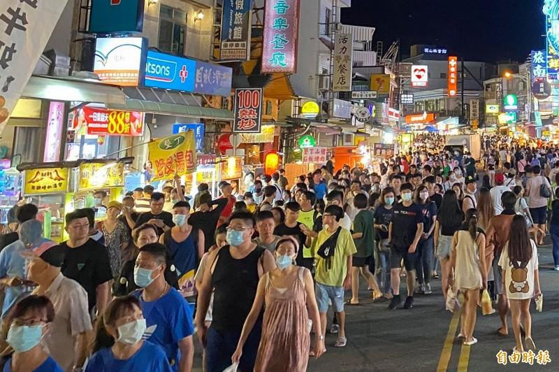 墾丁大街遊客本週戴口罩比率明顯上升。(記者蔡宗憲攝)