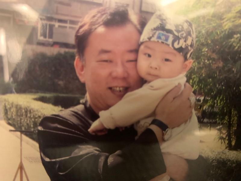 侯致超(左)50歲時,侯廣岳(右)才出生,老來得子的他對於侯廣岳有很深的期待。(記者俞肇福翻攝)