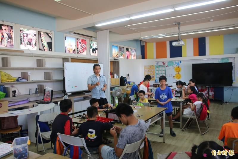 海寶國小請來指導老師謝漢威,於暑假期間教授機器人課程,培養學童們科技創新能力。(記者鄭名翔攝)