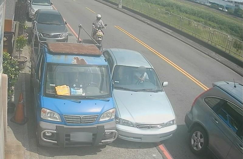 謝男駕駛自小客車想當路隊長,竟從等紅燈的車輛及路邊停車的縫隙中強行穿越。(記者何宗翰翻攝)