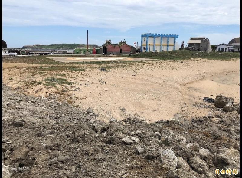 東嶼坪七尺門潮間帶,被清港海砂淤泥堆置已覆蓋珊瑚礁群。(記者劉禹慶攝)