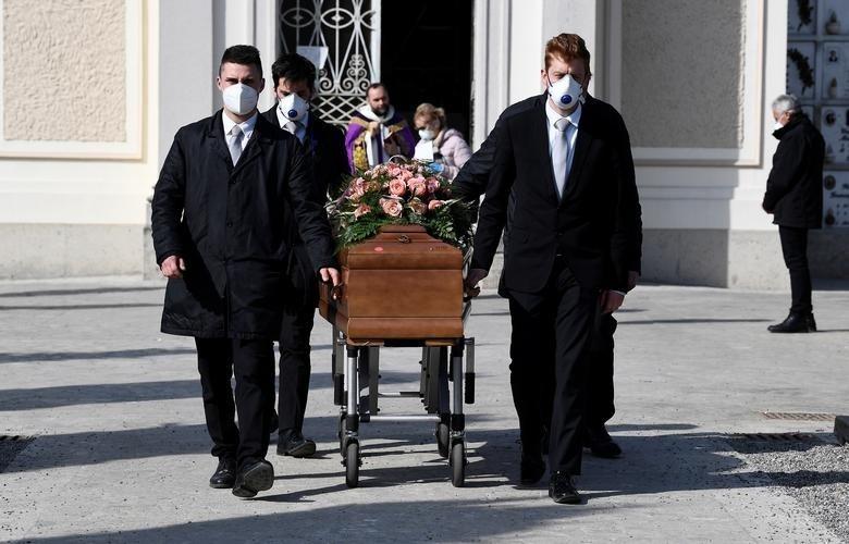 武漢肺炎》美國50人全程戴口罩參加葬禮 仍有30人中鏢