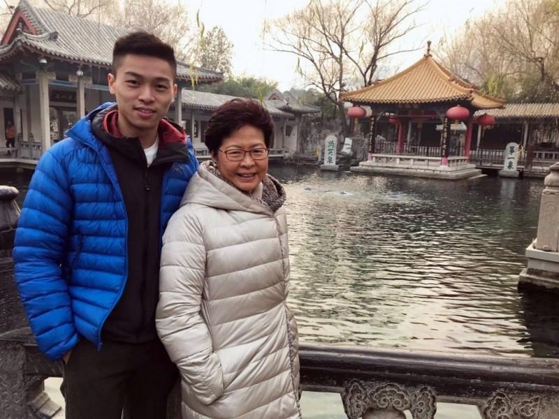 林鄭月娥與次子林約希(左)。(翻攝自臉書)