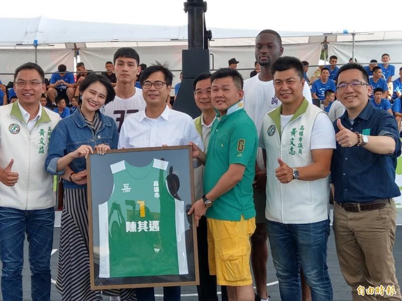 陳其邁(左3)今下午出席T3BA三對三籃球六都爭霸戰高雄站活動,主辦單位贈送他1號的紀念球衣。左二為立委賴品妤。(記者方志賢攝)
