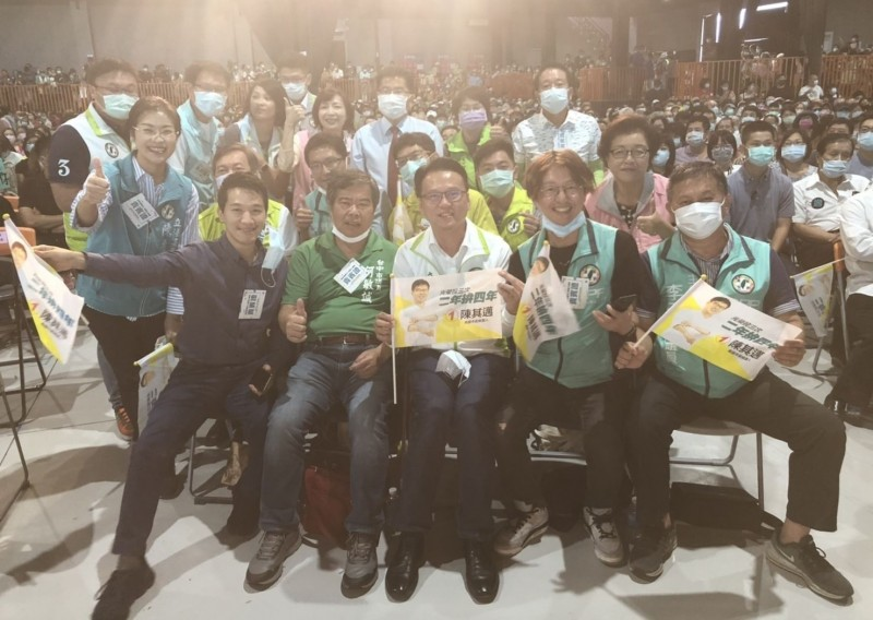 民進黨高雄市長提名人陳其邁今天下午在橋頭舉辦造勢活動,台中市16位綠營議員南下加油,呼籲高雄人15日返鄉投票。(記者陳建志翻攝)