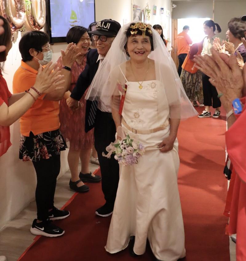 弘道老人福利基金會的「聯合圓夢」活動,讓再婚的增開爺爺和亞素奶奶穿婚紗步上紅毯,還拍了結婚照,會場則由秋菊奶奶演奏「結婚進行曲」圓了3人的夢。(記者陳恩惠翻攝)