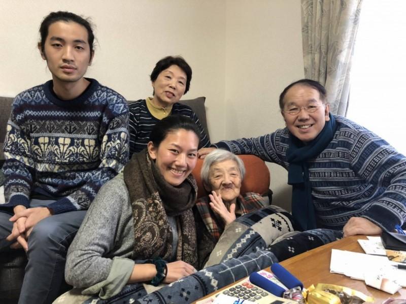林家姐弟對鎮南宮回憶極深,右起林本元、橋本老太太,右後為小川明子,其他為林家後代子女。(記者蔡宗憲翻攝)