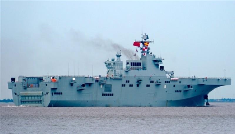 中國解放軍第一艘075型兩棲攻擊艦5日首度海試的畫面。(翻攝自微博)