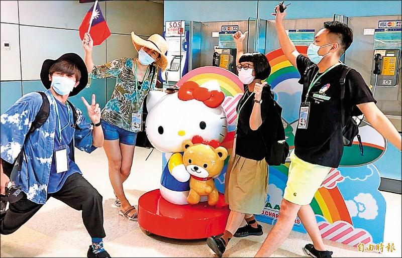 長榮航空特別與三麗鷗聯手打造獨家限定的「長榮航空Hello Kitty夢想機候機室」,Hello Kitty、布丁狗、酷企鵝、大眼蛙及大耳狗寶貝喜拿,帶著專屬旅遊配備,陪伴大家快樂出遊去,超萌模樣讓所有旅客都興奮的拿起手機瘋狂打卡拍照。(記者朱沛雄攝)