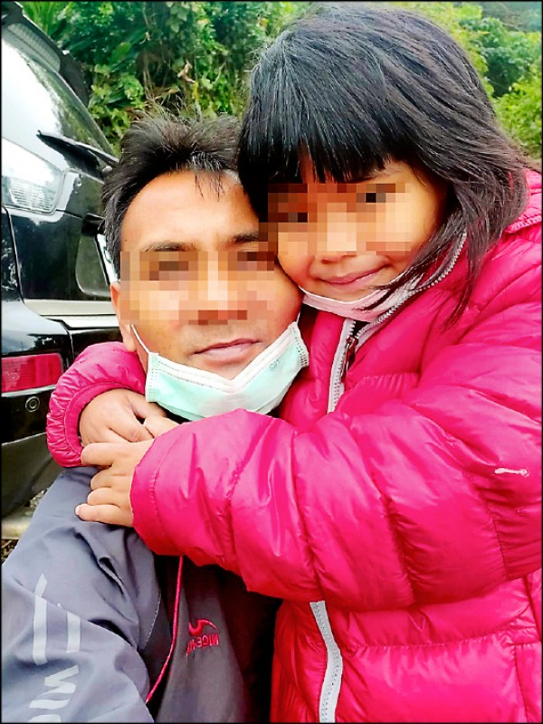 阿城(左)力抗病魔,最掛念是最心愛的女兒。(記者陳賢義翻攝)