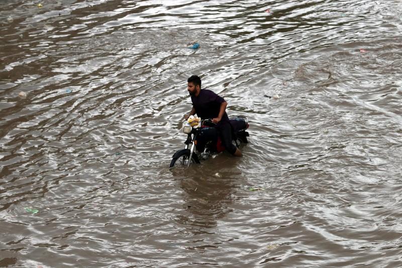 巴基斯坦季風大雨已持續三天,引發山洪暴發,全國至少50人喪生。(歐新社)