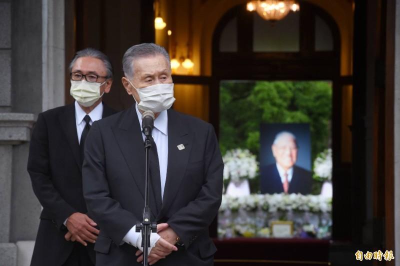日本前首相森喜朗弔唁前總統李登輝。(記者方賓照攝)