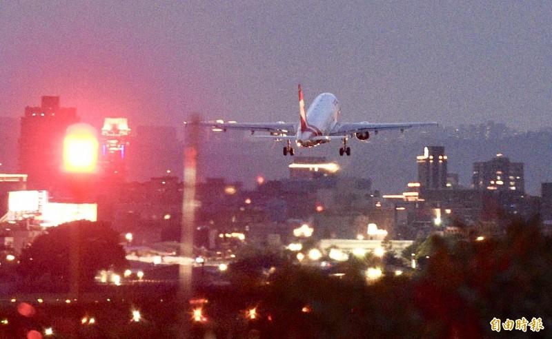 日本前首相森喜朗座機晚間6點54分起飛返日。(記者羅沛德攝)