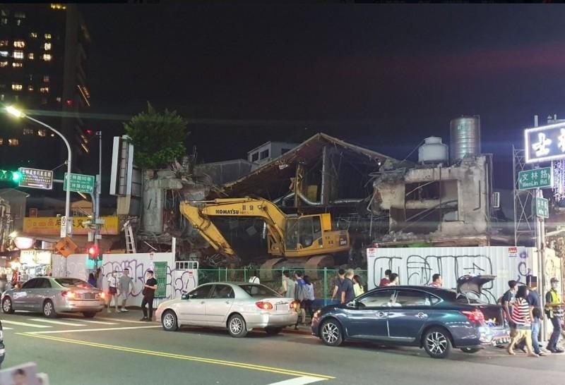 原本的陽明戲院舊址已拆除,變成荒涼的廢墟。(圖擷自「我是北投人」粉專)