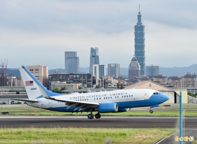 美國衛生部長阿札爾搭乘美國空軍C-40B行政專機(見圖)飛抵台北松山機場,機尾漆有美國國旗,機身上也有美國國名(United States of America)字樣。(記者羅沛德攝)