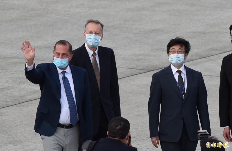 美國衛生部長阿札爾(左)今日搭乘美國空軍行政專機飛抵松山機場,AIT處長酈英傑(中)、疾管署長周志浩(右)等人在停機坪接機。(記者劉信德攝)