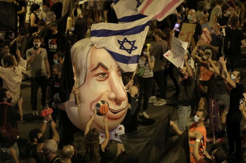 數千民以色列人8日晚間揮舞著國旗,聚集在總理納坦雅胡耶路撒冷住所外,進行示威要求他下台。(歐新社)
