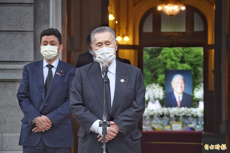 Former Japanese prime minister Yoshiro Mori speaks in front of the Taipei Guest House yesterday where a memorial to the late president Lee Teng-hui is being held. Photo: Fang Pin-chao, Taipei Times