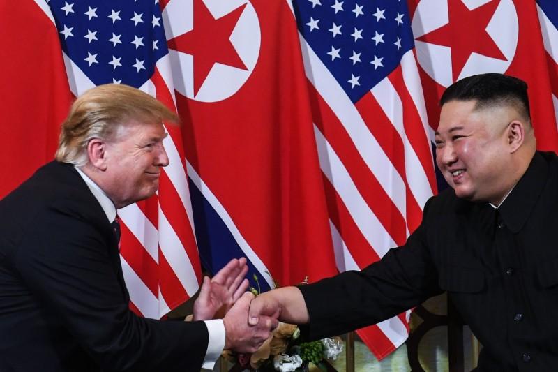 為了持續推動北韓無核化,有消息指出美國計畫在北韓設立聯絡處,而美國在亞太地區的盟國以及無核化談判的相關國家日本、南韓,也知道美國的動向。圖為2019年第二次川金會。(法新社)