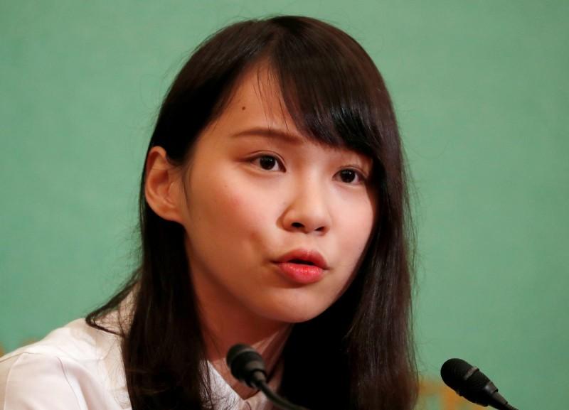 前香港眾志副秘書長周庭指出,她的住處外出現多名可疑男子,從早到晚緊守在社區大門前監看,還不斷企圖以手機拍攝她的住處。(路透)