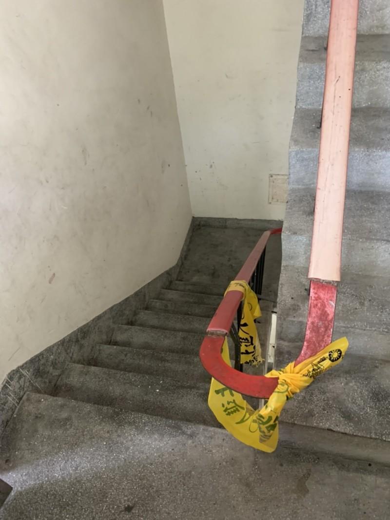張男全身赤裸倒臥住處樓梯間,命危。(記者吳仁捷翻攝)