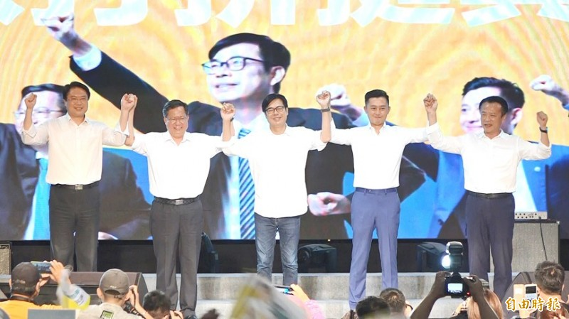 From left, Keelung Mayor Lin Yu-chang, Taoyuan Mayor Cheng Wen-tsan, former vice premier Chen Chi-mai, Hsinchu Mayor Lin Chih-chien and Chiayi County Commissioner Weng Chang-liang join hands at a campaign rally yesterday in Kaohsiung for Chen ahead of Saturday's Kaohsiung mayoral by-election. Photo: Lee Hui-chou, Taipei Times