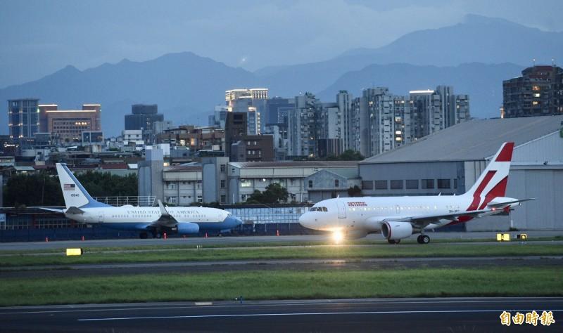 台北松山機場同時出現美、日政要座機,讓不少台灣網友感動。(記者羅沛德攝)