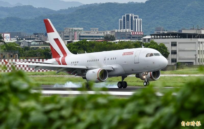 森喜朗弔唁團專機已於下午2時33分降落於松山機場。(記者羅沛德攝)