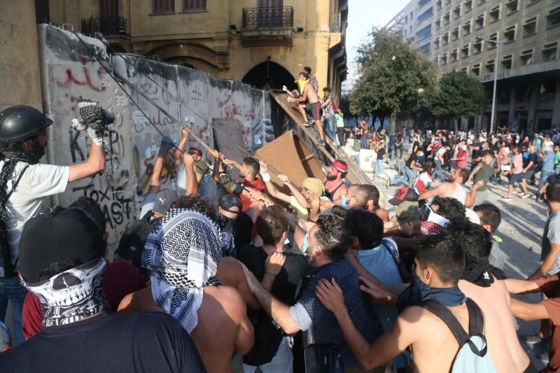 黎巴嫩首都貝魯特港區4日發生大爆炸,當局指迄今已奪走158人喪命,估計上看6000人受傷。數千名群不滿集結在市中心抗議。(歐新社)