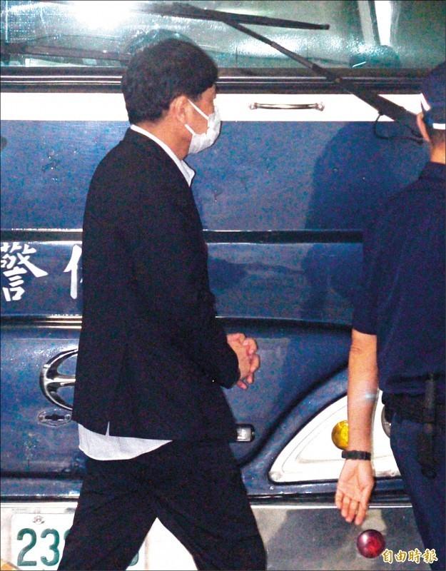 北院昨更裁立委趙正宇羈押禁見,趙正宇上囚車時,故意把頭轉向不讓媒體拍攝。(記者王藝菘攝)