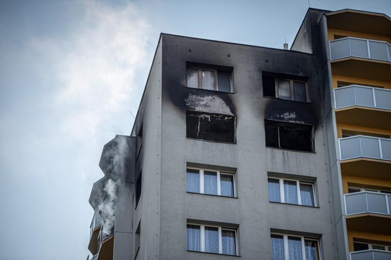 捷克城鎮波胡敏1棟公寓爆發猛烈火災。(歐新社)