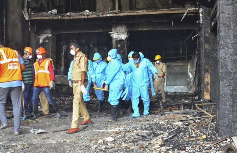 印度安得拉邦一間隔離中心今天清晨5點左右傳出火災意外,目前火勢已撲滅,整起事故造成至少11人死亡,圖為火災現場。(美聯社)