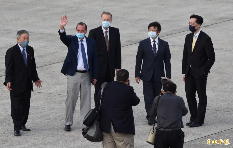 美國衛生部長阿札爾(揮手者)搭美空軍行政專機飛抵松山機場。(記者羅沛德攝)